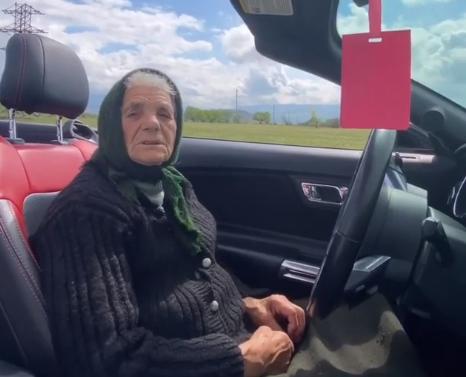 90-річна закарпатка, яка ганяє полем на кабріолеті, стала зіркою соцмереж