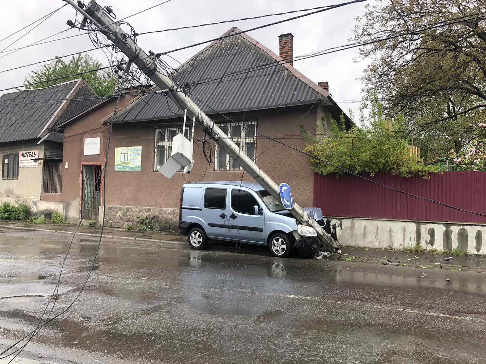 Автівка знесла електричний стовп