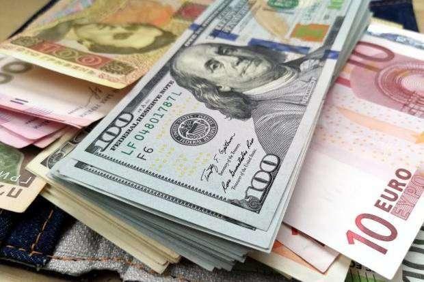 Курс валют: долар і євро продовжують дешевшати