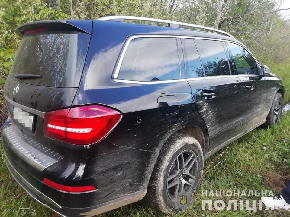 У Мукачеві, поки власники спали, злочинці обікрали будинок та вкрали елітний автомобіль