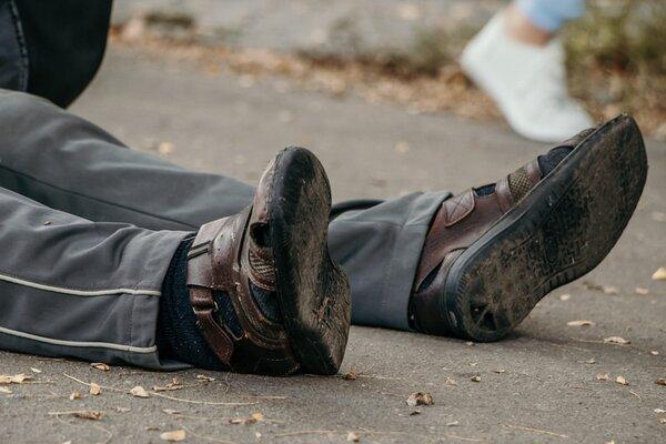 В Ужгороді чоловік впав на проїжджу частину — довелося викликати швидку