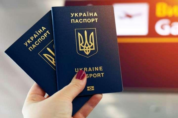 У МЗС роз'яснили, в яких випадках обмежується виїзд українців за кордон