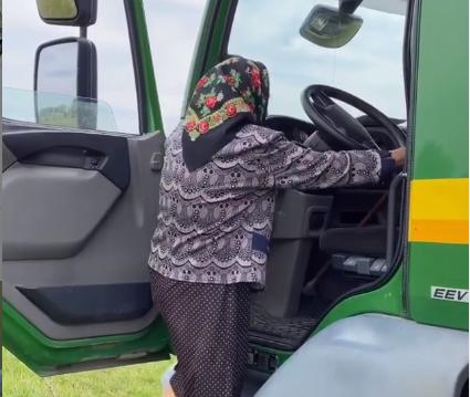На Закарпатті 90-річна бабця-блогерка дрифтувала на вантажівці. Відео облетіло мережу