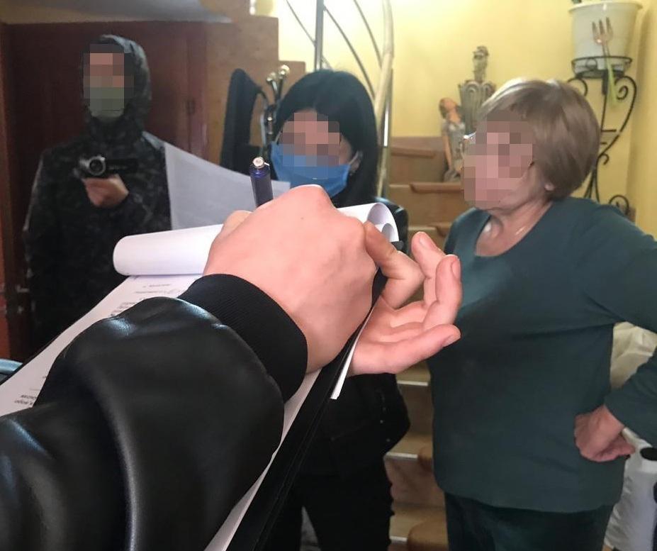 Шокуюче викриття у Мукачеві: жінка продавала наркотики школярам