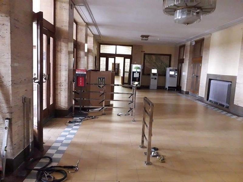 Турнікет на вході до Закарпатської ОДА встановили для розпізнавання працівників