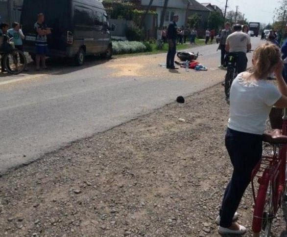 Тіло посеред дороги: оприлюднено відео з місця смертельної ДТП у селі Чорнотисів