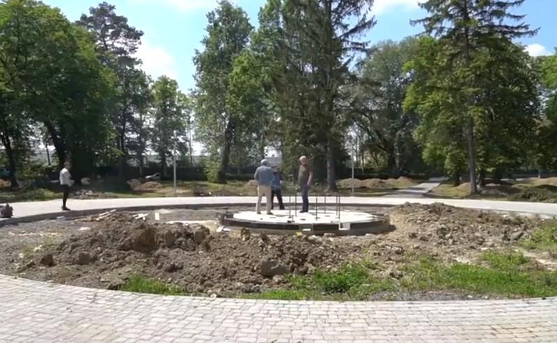 В одному з парків Мукачева зводять новий пам'ятник