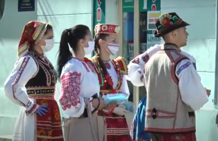 У центрі Ужгорода організували акцію до Дня вишиванки