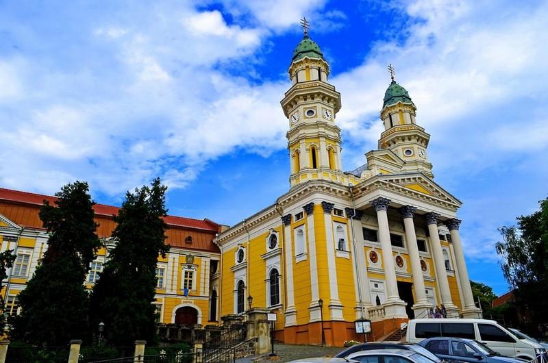 Послаблення карантину: в Ужгороді готуються до прийому прихожан усередині церков