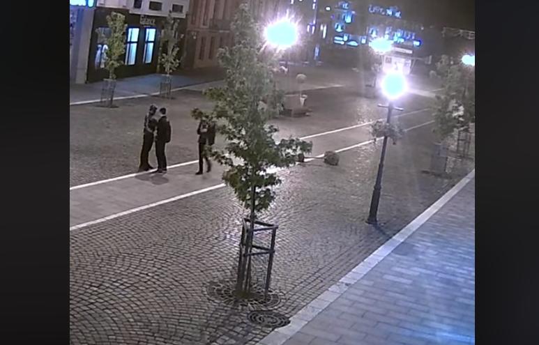 Троє хлопців наробили шкоди в центрі міста: опубліковано відео