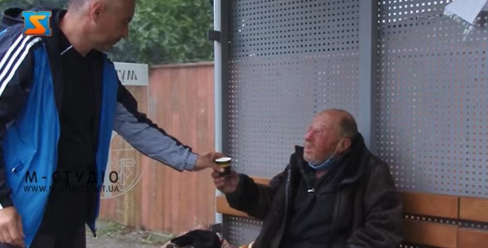 Як мукачівці допомагають покинутому на автобусній зупинці чоловіку