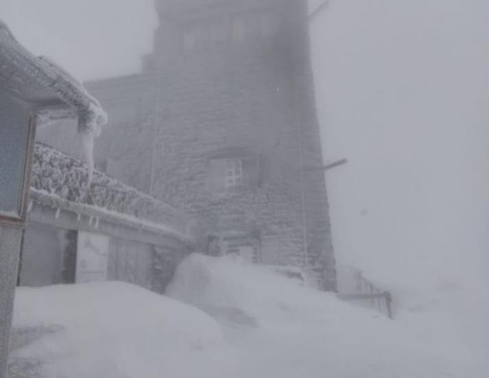 Хуртовина за кілька днів до літа: гори замело снігом