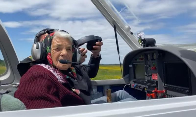 Як 90-річна закарпатка сіла за штурвал літака