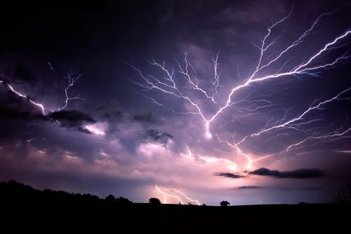 Сильний вітер, град і грози: в області знову оголосили штормове попередження