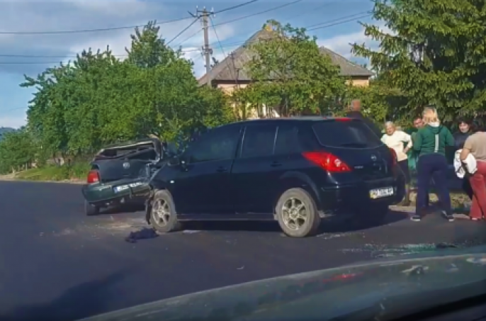ДТП на Закарпатті: зіткнулись VW і Nissan