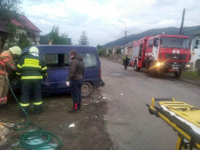 Ранкова аварія у Закарпатті: водія витягали з автівки за допомогою спецобладнання