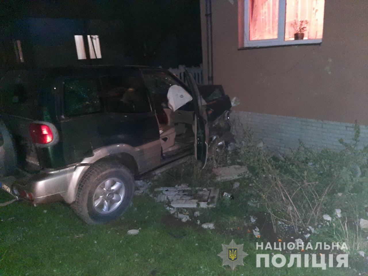 П'яний водій джипу зніс паркан і в'їхав у стіну будинку