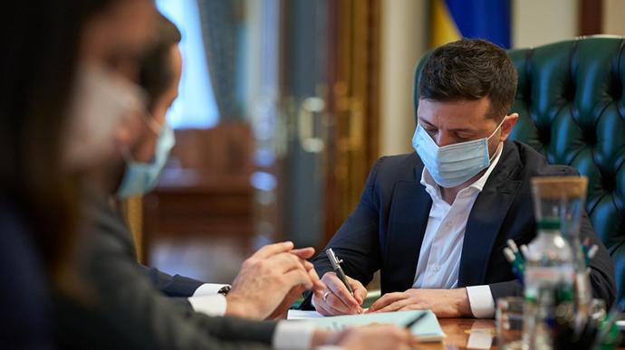 Рекордна кількість інфікованих: Зеленський закликав Кабмін відреагувати на новий спалах COVID-19