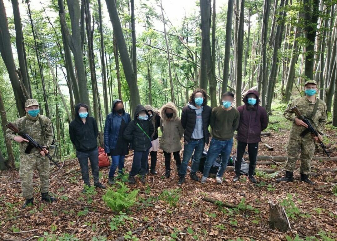 """Біля кордону в лісі спіймали групу """"подорожувальників"""""""