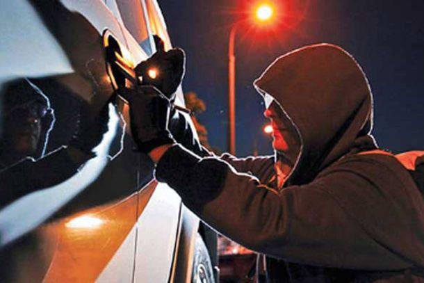 Мукачівців попереджають про особу, яка вночі зливає бензин із машин, – соцмережі