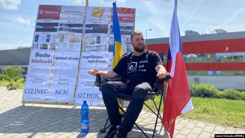 Закарпатець оголосив голодування в Чехії, бо завод Bobcat не виплатив заробітчанам гроші