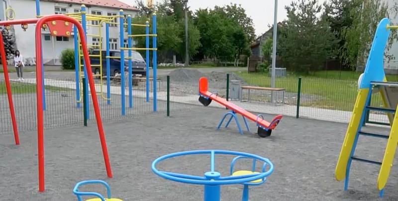 У 5 селах Мукачівської ОТГ встановлюють дитячі майданчики