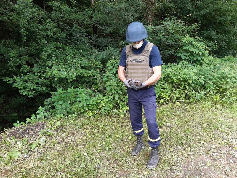 Під час прогулянки дитина натрапила на небезпечну знахідку