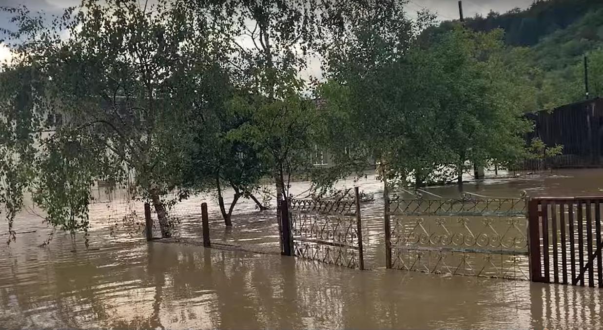 Вода в оселі – по пояс: мешканці одного з районів досі оговтуються від наслідків негоди