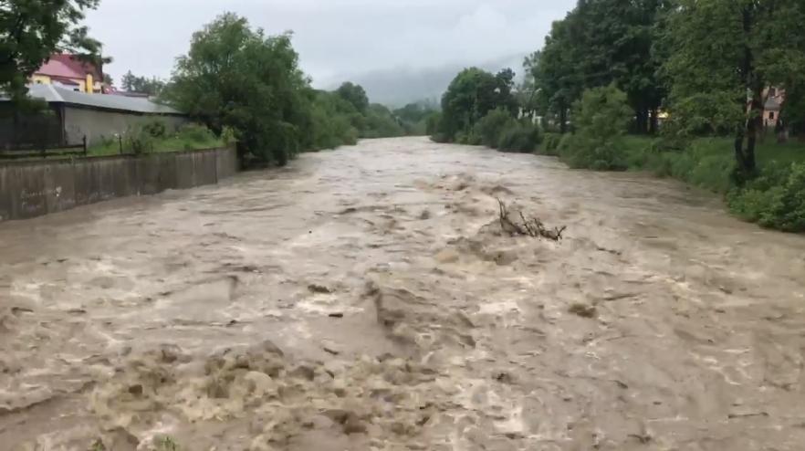 На Рахівщині суттєво піднявся рівень води в річці: відео