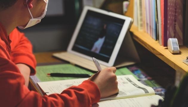 Діти мають ходити до школи: батьки закликають Зеленського скасувати дистанційну освіту