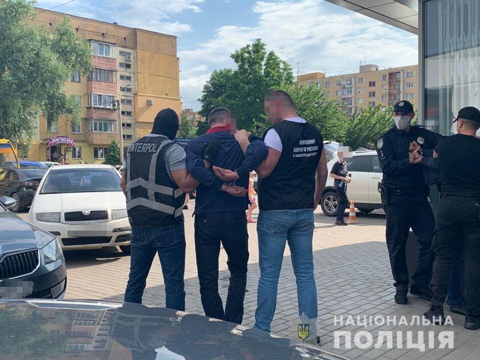 Поблизу торгового центру Ужгорода затримали іноземного злочинця