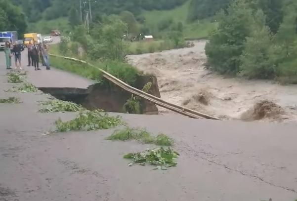 На Рахівщині посеред дороги утворилось величезне провалля