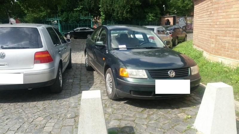 Неможливо пройти: у центрі Мукачева фіксують порушення правил паркування
