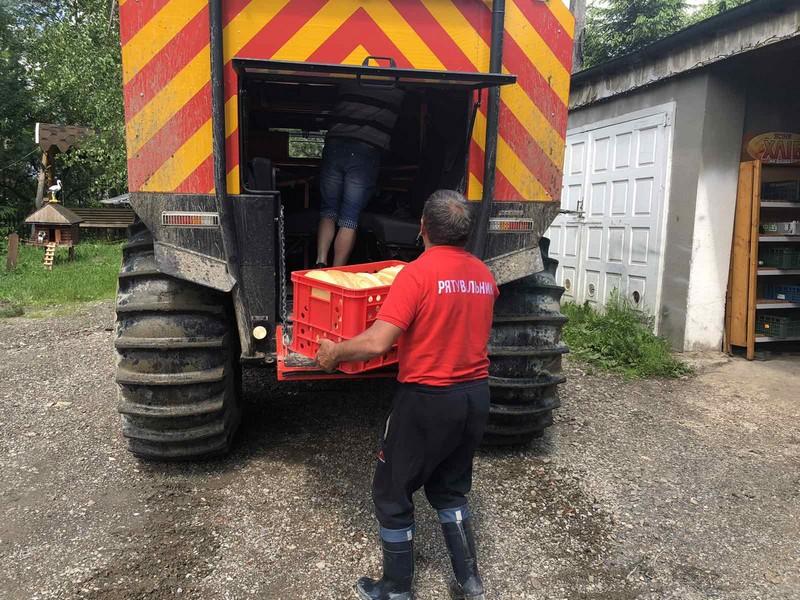 Рятувальники допомагають доставляти продукти у віддалені місця Рахівщини