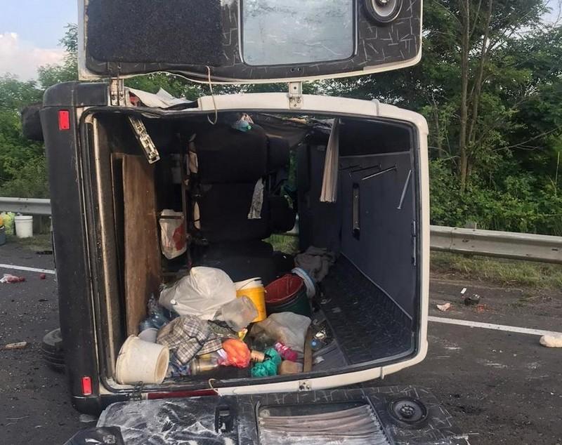 Перекинувся мікроавтобус: офіційні подробиці смертельної ДТП