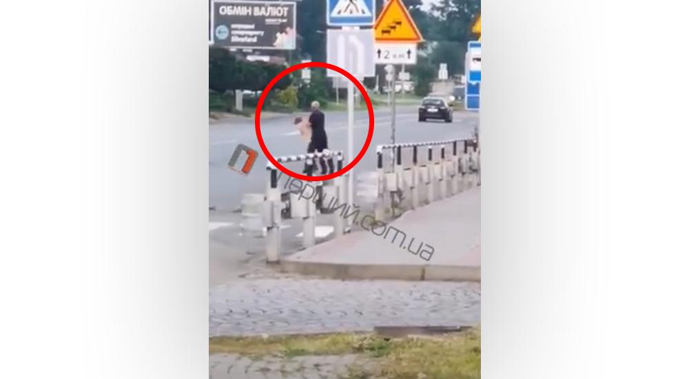 Бійка навпроти ринку ГІД у Мукачеві: очевидці зняли відео