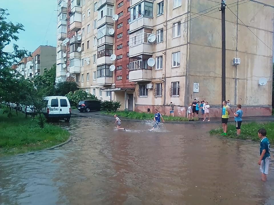 У соцмережі діляться світлинами наслідків негоди у Мукачеві
