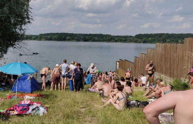 Відпочинок у Дідові: попри карантин на озері десятки людей