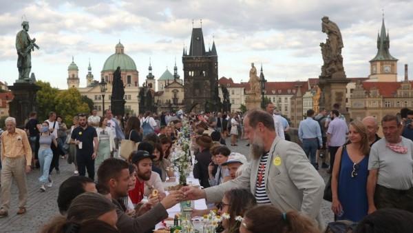 У центрі Праги влаштували застілля-прощання з коронавірусом