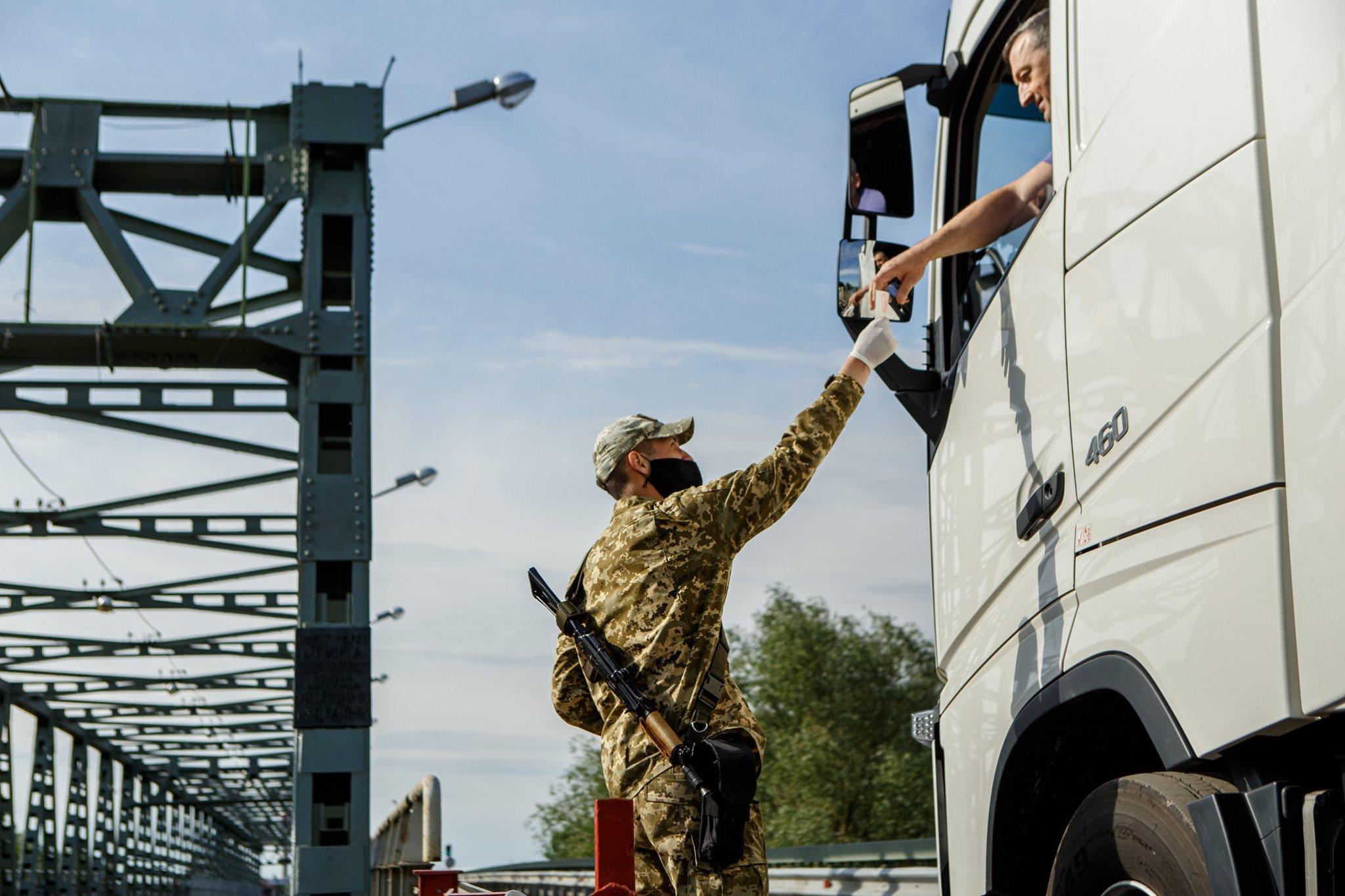 Угорщина дозволила транзит через два пункти пропуску