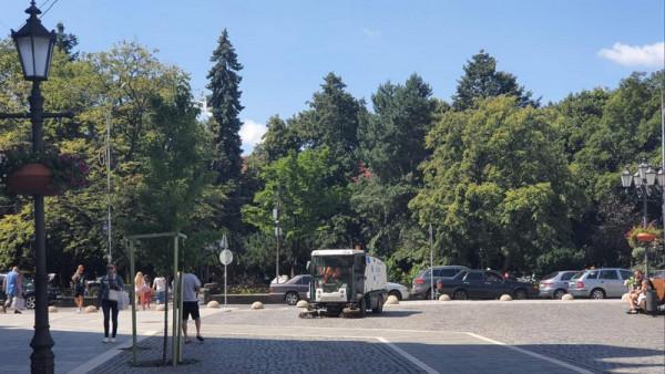 В Ужгороді мили вулиці за допомогою техніки