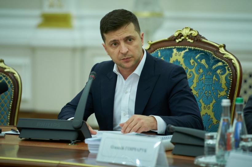 Зеленський просить Раду скасувати обмеження зарплат чиновників