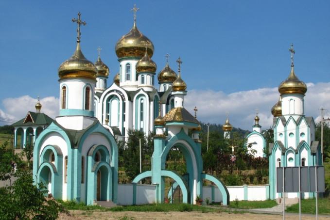 Біля Красногорського чоловічого монастиря у Мукачеві сталась ДТП: відео з місця аварії