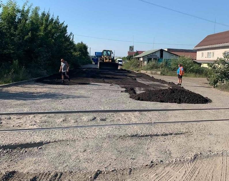 Втомились від бездоріжжя: у Мукачеві перевізники власними силами залатали дорогу