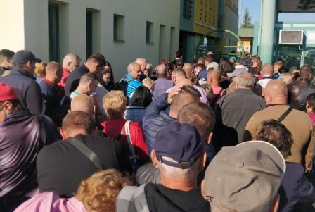 Українці масово їдуть в Європу: на кордоні з Угорщиною утворились великі черги