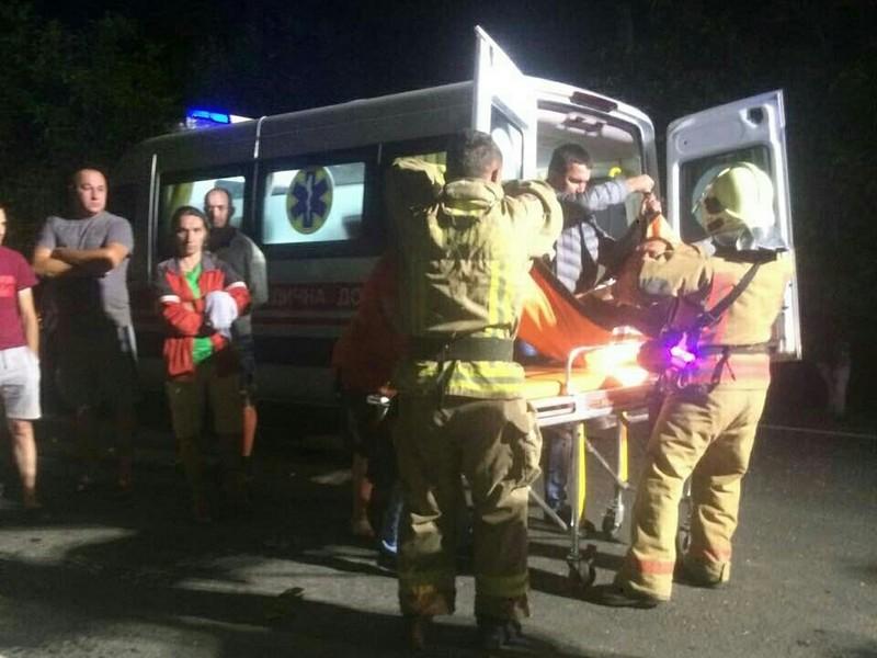 Чоловіка затисло в салоні машини: рятувальники розповіли про нічну аварію
