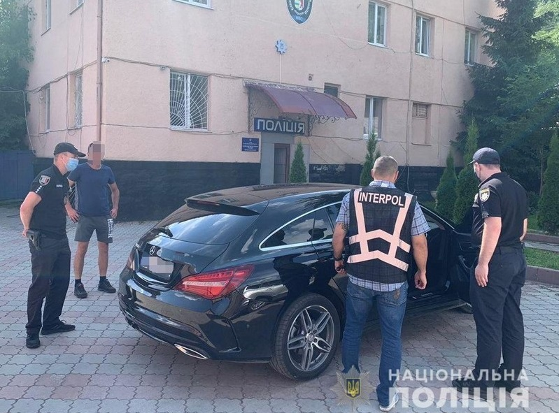 На Рахівщині знайшли машину, яку викрали в Чехії