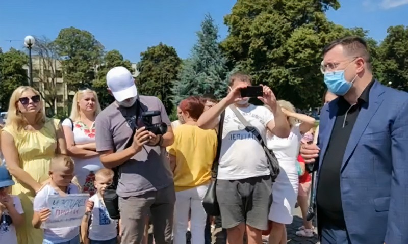 Обурені батьки школярів і дошкільнят прийшли під стіни Закарпатської ОДА: опубліковано відео