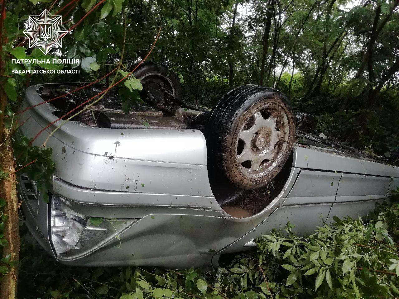 Між селами Пістрялово та Залужжя ДТП: авто перекинулось на дах
