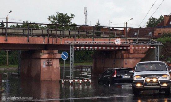 Під мостом в Ужгороді у воді застрягло авто